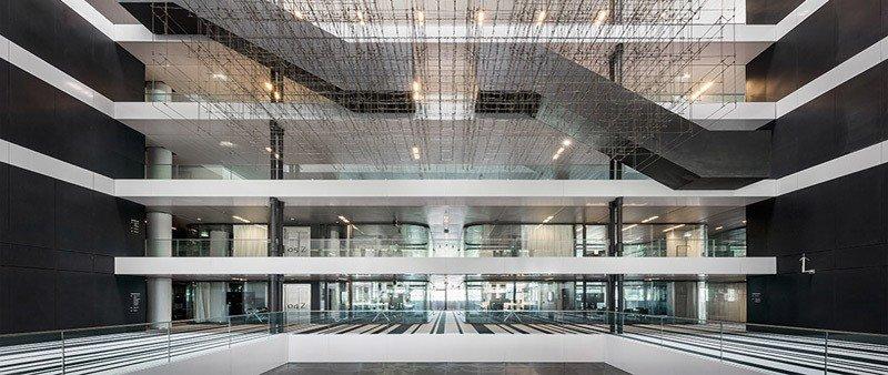 Atrio de vidrio con escultura de cuerdas