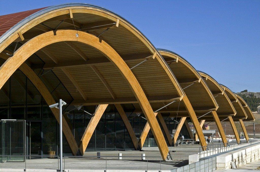 Varias bóvedas de madera conforman toda la parte sobre rasante