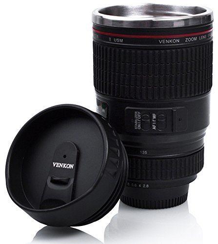 Taza en forma de objetivo de cámara fotográfica.