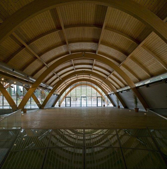 Imagen interior cubierta arco en madera