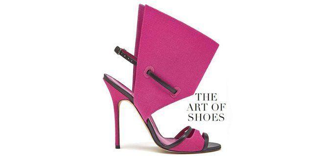 Zapato fucsia con estructura cónica en el tobillo