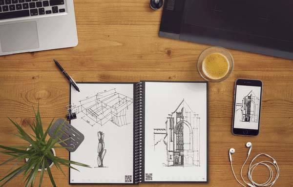 Imagen de dibujos en cuaderno y en la pantalla del móvil a la vez