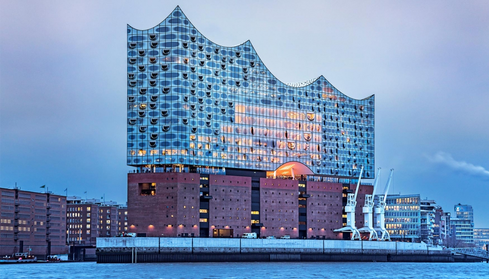 Edificioladrillo con corona de vidrio del doble de altura