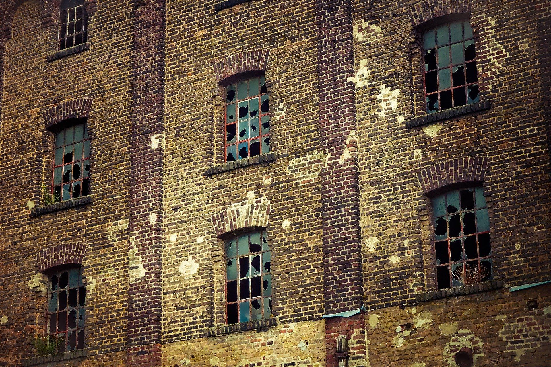 Edificio-ventanas-rotas